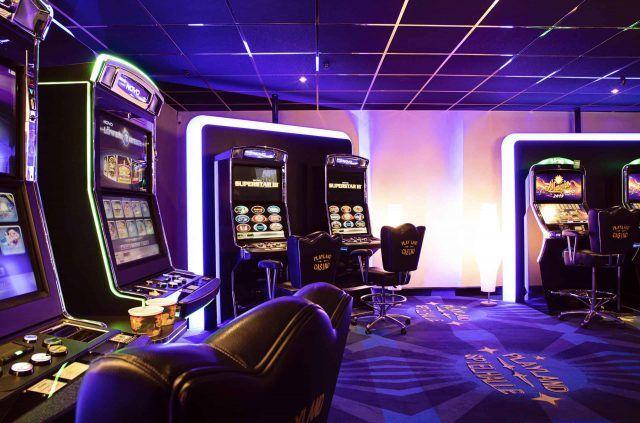 Spielhalle mit Spielautomaten